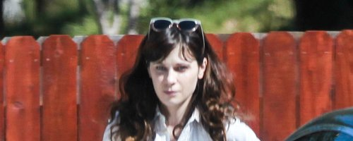 Zooey Deschanel goes Makeup Free